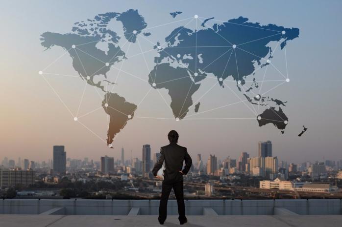 Homem indicando expansão dos negócios pela Valore Brasil